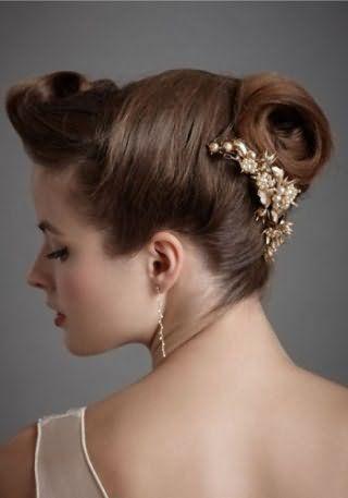 Весільна зачіска в грецькому стилі з шпилькою для довгого волосся