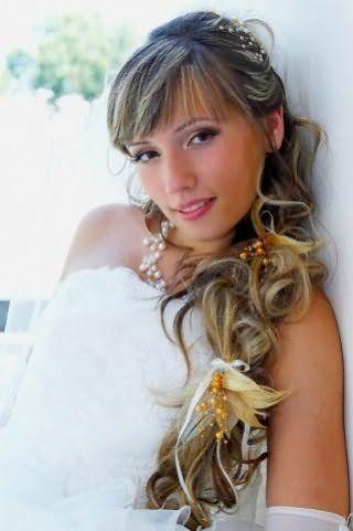 Весільна зачіска в грецькому стилі з косою, прикрашеної квітами для довгого волосся