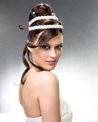Висока грецька зачіска з подвійним плетеним обідком білого кольору стане відмінним варіантом для власниць темно-русявого відтінку волосся і карих очей