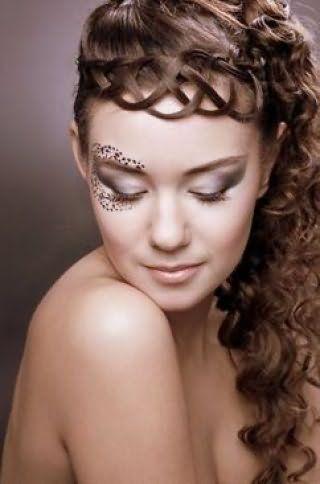 Креативна грецька зачіска у вигляді високого хвоста, покладеного в кучері, і ажурною коси вздовж чола доповнить вечірній образ дівчини з каштановим довгим волоссям в поєднанні з макіяжем очей сірого тону