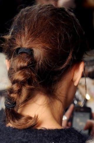 Стильна, проста у виконанні, зачіска, що складається з пучка, зафіксованого гумкою, кінці якого заплетене в косу і так само зафіксовані, чудово виглядає на волоссі каштанового відтінку