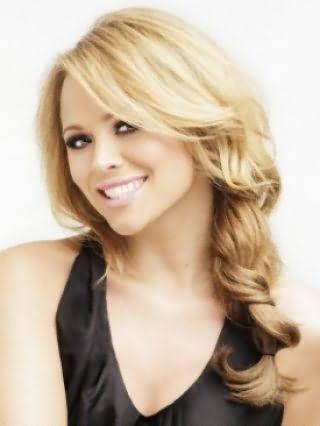 Романтичний образ для блондинок можна створити, зібравши довге волосся в косу і витягнувши з неї пасма, особливий шарм зачісці додасть подовжена чубчик, покладена в легкі хвилі