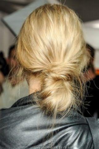 Креативна недбалість у вигляді низького пучка, зібраного з скручених пасм, прикрасить дівчину з довгим волоссям відтінку блонд