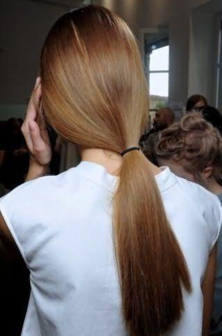 Прямі довге волосся відмінно виглядають в такий простий зачісці, як низький кінський хвіст, який не вимагає прикрас і вписується в кожен повсякденний образ