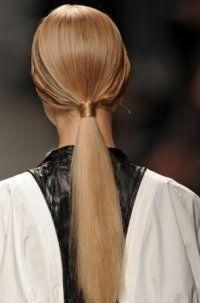 Літня зачіска кінський хвіст з вузлом стане підходящим варіантом для дівчат з довгим волоссям русявого кольору, випрямлених за допомогою прасування