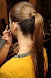 Проста річна зачіска високий кінський хвіст для випрямлених довгого волосся, пофарбованих у карамельний відтінок