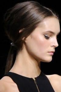 Проста річна зачіска низький хвіст з додатковим обсягом відмінно підходить брюнеткам з довгими прямим волоссям