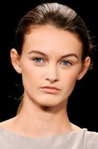 Проста річна зачіска гладкий хвіст для прямого волосся середньої довжини дивовижно виглядає на темно-каштановому волоссі в поєднанні з легким повсякденним макіяжем