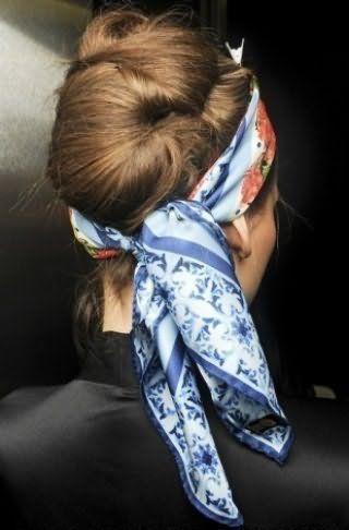Креативний повсякденний образ у вигляді незвичайної черепашки з довгого волосся, зафіксованих шпильками і невидимками, і стильного хустки в блакитних тонах, пов`язаної навколо голови