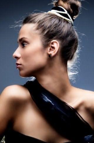 Пучок на маківці буде чарівно виглядати в поєднанні з вибилися волоссям і шпилькою в чорно-білих кольорах і доповнить легкий денний макіяж