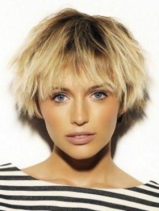 Хорошим рішенням для короткої стрижки з чубчиком стане проста зачіска з скуйовдженим пасмами і невеликим додатковим обсягом біля коріння, гармонує з макіяжем в світло-коричневих тонах