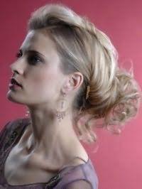 Русявий колір волосся добре виглядає на довгому волоссі, покладених в вечірню зачіску з локонами, і поєднується з чорною тушшю і помадою бордового відтінку
