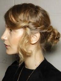 Оригінальна зачіска пучок з волосся з плетінням для локонів середньої довжини