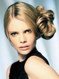 Жіноча зачіска пучок з волосся на бік для локонів світло-русявого відтінку