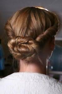 Ідея зачіски пучок з джгутів для довгого волосся темно-русявого відтінку