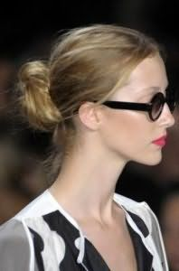 Зачіска пучок з волосся на кожен день для локонів попелясто-русявого кольору