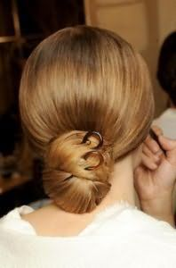 Оригінальний варіант зачіски низький пучок для густих довгого волосся