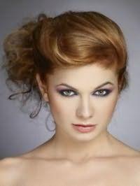 Ефектна зачіска пучок з волосся для середніх локонів русявого кольору