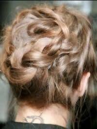 Варіант зачіски пучок для власниць волосся середньої довжини