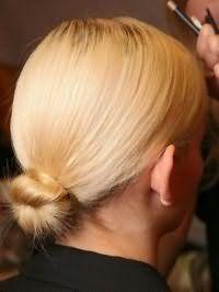 Елегантний низький пучок з волосся для світлих локонів середньої довжини