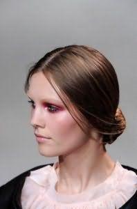 Красива зачіска пучок для тонкого волосся каштанового відтінку