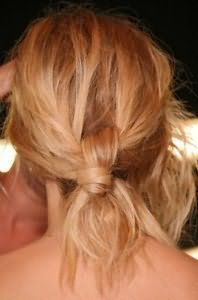 Недбалий пучок з волосся для блондинки з локонами середньої довжини
