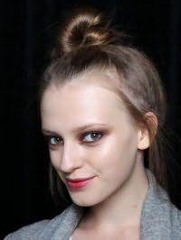 Варіант високого недбалого пучка з волосся для локонів середньої довжини