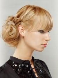 Ідея зачіски недбалий пучок для світлих довгого волосся, доповнених прямий чубчиком