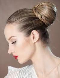 Елегантна зачіска пучок з елементами плетіння для тонких довгих волосся
