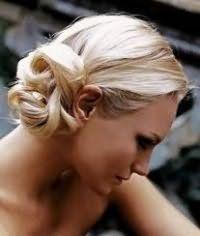 Повсякденний варіант зачіски пучок на бік для блондинки з довгим волоссям