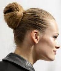 Стильна зачіска у вигляді пучка на середні волосся русявого відтінку