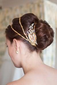 Аксесуар в грецькому стилі для доповнення зачіски пучок на довге волосся