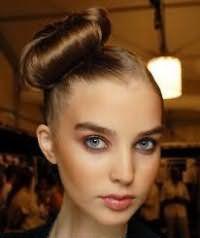 Ідея зачіски високий пучок на бік для довгого волосся каштанового відтінку