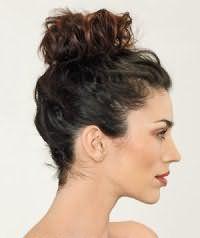 Варіант зачіски недбалий пучок для темних довгого волосся