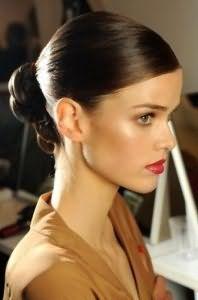 Стильна зачіска пучок для брюнеток з довгим волоссям