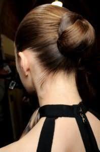 Елегантний варіант зачіски пучок з волосся для середніх локонів каштанового кольору