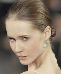 Ультрамодна зачіска низький пучок для довгого волосся русявого тону
