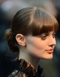 Зачіска пучок на кожен день, доповнена прямий чубчиком, для волосся каштанового кольору