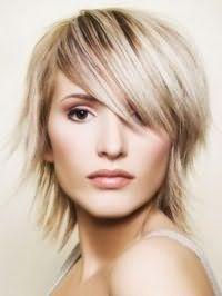 Рвана креативна стрижка з чубком для середніх волосся попелястого відтінку
