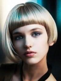 Асиметричний об`ємний боб з прямою круглої чубчиком в органічному поєднанні з русявим кольором волосся, легким макіяжем для зелених очей і помадою світло-бордового відтінку