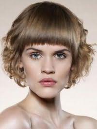 Волосся світло-русявого відтінку чудово виглядають на стрижці боб, покладеної в локони, з прямою чубчиком, яка гармонує з природним макіяжем для зелених очей і світлого типу шкіри
