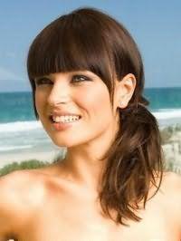 Чудова стрижка для русявого кольору на довге волосся з чубчиком, укладена в низький пучок, стане відмінним доповненням макіяжу очей в чорних і сірих тонах, який поєднується з рожевим блиском для губ