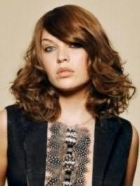Русявий колір волосся добре виглядає на волоссі середньої довжини, покладених в кучері, з подовженою чубчиком на один бік, і гармонує з макіяжем в світло-коричневій гамі для сірих очей і світлого типу шкіри