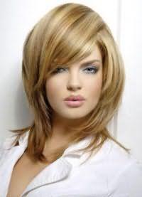 Макіяж, що складається з сірих тіней, туші, персикових рум`ян і блиску для губ природного відтінку відмінно поєднується з русявим кольором на стрижці каскад на середні волосся з додатковим обсягом