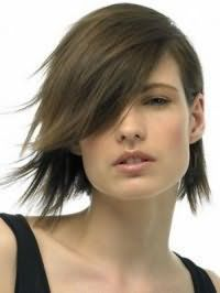 Креативна стрижка каре з чубчиком на бік для волосся темно-русявого кольору