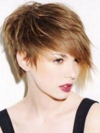 Помада насиченого бордового відтінку поєднується з природним макіяжем очей і доповнюється русявим кольором волосся на креативної асиметричною стрижці з подовженою чубчиком