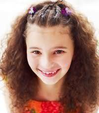 Зачіска на кучеряве волосся для першокласниці