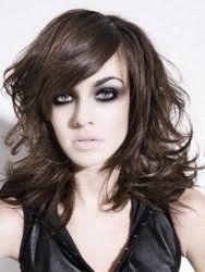 Модна стрижка каскад для довгого волосся темно-каштанового кольору буде мати гарний вигляд з чубчиком на бік і укладанням в стилі художнього безладу