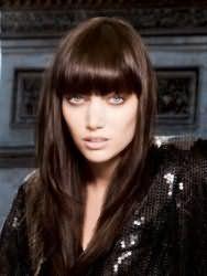 Легкий макіяж в коричневих тонах, що підкреслює блакитні очі, в поєднанні з помадою бежевого відтінку буде гармоніювати з зачіскою драбинка з густою прямий чубчиком