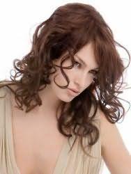 Зачіска на середні волосся у формі дрібних локонів, в поєднанні з подовженою випрямленою чубчиком, стане ідеальним варіантом для вечірнього образу
